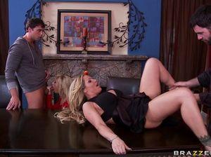 Домашняя групповая вечеринка и секс с грудастыми блондинками
