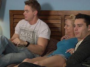 Бисексуальные парни сосут члены и занимаются сексом втроем с симпатичной блондой