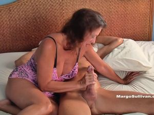 Зрелая женщина делает минет толстого хуя  и получает сперму на грудь