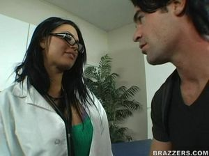Медсестра брюнетка в очках прыгает на члене пациента и громко стонет