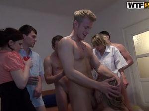 Закрытая секс вечеринка русских студентов с групповым трахом