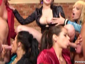 Жаркие лесбиянки на вечеринке отдаются мускулистым мужикам
