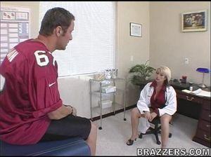 Спортсмен засаживает свой ствол в мокрую киску симпатичной медсестры