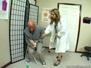 Бритоголовый пациент в разных позах долбит медсестру на каблуках