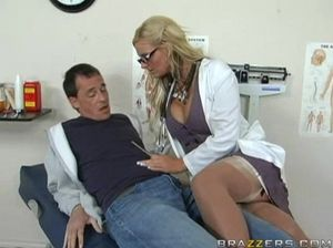 Сисястая белокурая медсестра отдается мужику в своем кабинете