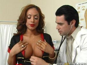 Врач в больнице долбит киску рыжей грудастой пациентки