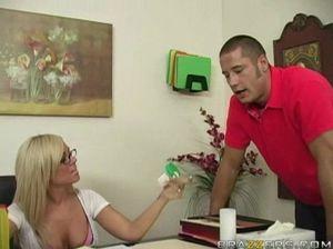 Симпатичная медсестра в белых чулках отдается любовнику в кабинете
