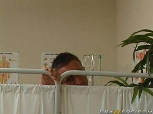 Нежная медсестра с большими дойками сношается с парнем в больнице