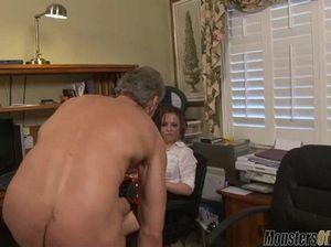 Секретарша связала и дрочит хуй пожилому начальнику