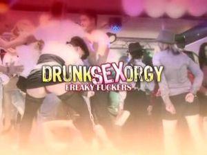 Толпа пьяных девушек занимается групповым сексом с парнями в ночном клубе