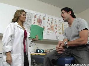 Женщина доктор с красивой грудью отдается молодому пациенту