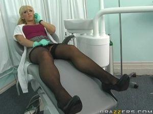 Большой член лысого парня проник во  влагалище красивой медсестры