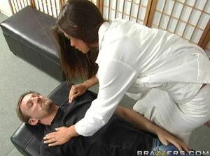 Пацан на приеме у врача долбит миленькую медсестру в пизду