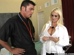 Шикарная медсестра с натуральной грудью занялась сексом с больным