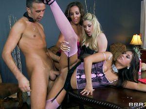 На вечеринке сексвайф и ее подружки ебутся с молодым парнем