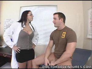 Качок отодрал на столе медсестру с большими силиконовыми сиськами
