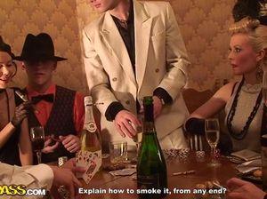 На закрытой вечеринке русские студентки замутили групповуху с пацанами