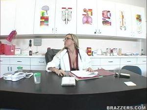 Медсестра с большой грудью занимается сексом с санитаром в киску