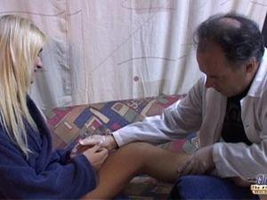 Старый врач выебал в нежную жопу юную пациентку на диване