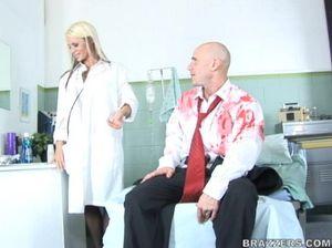 Лысый парень воткнул толстый хуй в пизду грудастой медсестры