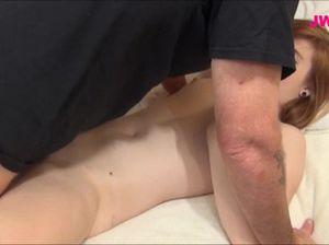 Молоденькая крошка разбудила спящего папу и отдалась ему в бритую киску