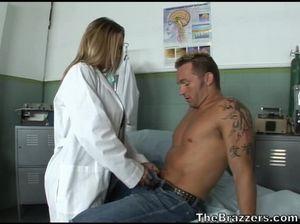 Врачиха с большими красивыми сиськами ебется с мускулистым пациентом