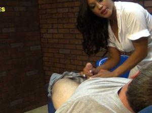 Медсестра азиатка прыгает на пенисе своего очередного пациента