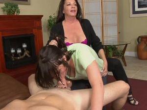 Похотливая мать учит свою дочку делать хороший отсос