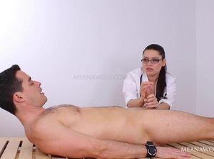 Медсестра в очках красиво дрочит большой член пациента