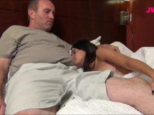 Зрелый мужик занялся сексом с молодой пьяной брюнеткой в кровати