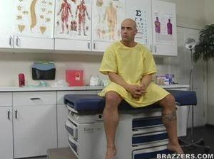 Медсестра в больнице отдалась мускулистому мужику с татуировками