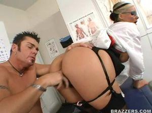 Белокурая врачиха отдается в бритую киску  очередному пациенту на столе