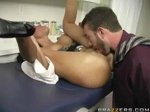 Миленькая медсестра дала облизать свою киску и потрахалась в анус