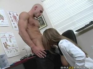 Бритоголовый мускулистый пациент сношает на столе прекрасную медсестру с большой грудью