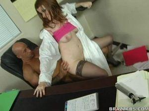 Сладкая медсестра в черных чулках прыгает на члене делового мужика