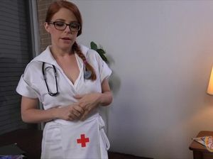 Медсестра в перчатках стоит на коленях и дрочит член пациента