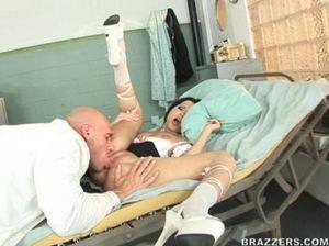 Анальный секс лысого доктора и пациентки брюнетки в больнице