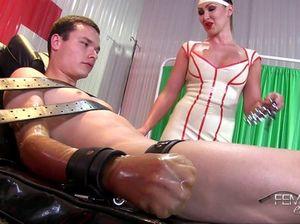 Госпожа медсестра связала покорного раба и дрочит его член