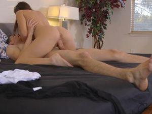 Симпатичная стройная девушка отдается на кровати парню бисексуалу в киску