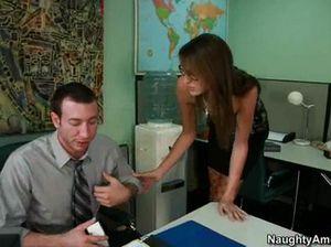 В офисе босс натянул на член стонущую секретаршу в чулках