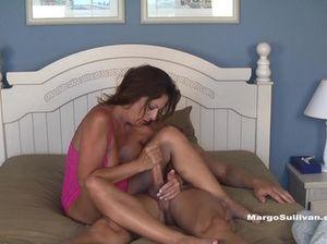 Зрелая женщина на кровати сосет и дрочит пенис молодца