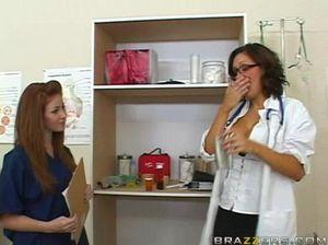 Грудастая медсестра на рабочем месте прыгает на толстом члене киской