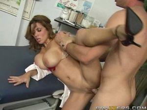Парень долбит киску грудастой медсестры в кабинете