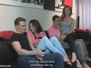 Две пьяные русские пары занимаются групповым сексом