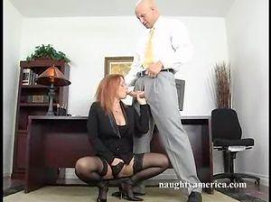 Горячая секретарша встала раком и отдалась в свою бритую киску шефу