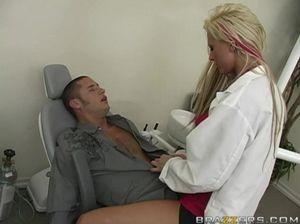 Знойная медсестра громко кричит на члене очередного пациента