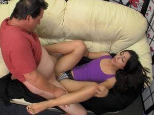 Зрелый отец будит спящую дочку и трахает ее в пизду
