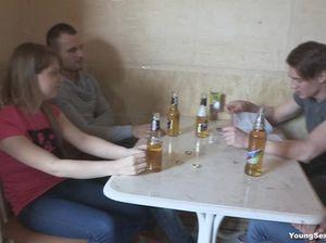 Пьяные русские студенты занялись групповым сексом на кровати
