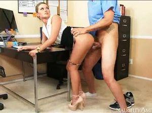 Секс на столе начальника и очень красивой секретарши