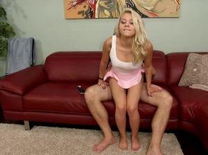 Зрелый отчим разбудил свою падчерицу и отменно потрахал ее на диване